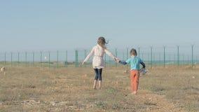 As crianças irmão e irmã do Médio Oriente estão em um resultado do campo de refugiados do conflito da guerra as crianças pobres s vídeos de arquivo