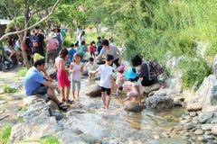 As crianças jogam a água na caverna de Gwangmyeong em Coreia do Sul foto de stock royalty free