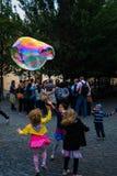 As crianças jogam bolhas Imagens de Stock Royalty Free