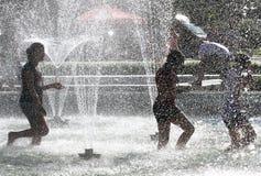 """As crianças jogam em uma água de uma fonte em um dia de verão ensolarado durante a ruptura de verão †em Sófia, Bulgária """"15 de  Fotos de Stock Royalty Free"""