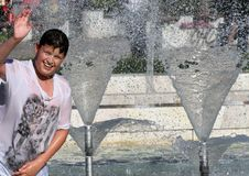 """As crianças jogam em uma água de uma fonte em um dia de verão ensolarado durante a ruptura de verão †em Sófia, Bulgária """"15 de  Imagens de Stock Royalty Free"""