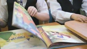 As crianças leram o livro no jardim de infância dentro vídeos de arquivo