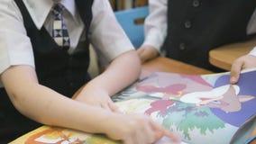 As crianças leram o livro no jardim de infância dentro filme
