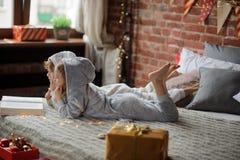 As crianças leram um grande livro com contos do Natal Imagens de Stock