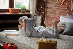 As crianças leram um grande livro com contos do Natal Fotografia de Stock