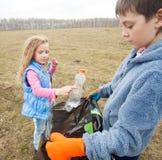 As crianças limpam fotos de stock royalty free