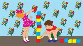 As crianças menino e menina estão jogando cubos Fotografia de Stock Royalty Free