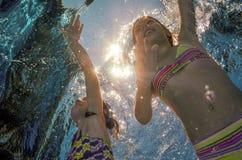 As crianças nadam na associação debaixo d'água, meninas têm o divertimento na água, Imagem de Stock