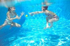 As crianças nadam na associação subaquática, meninas ativas felizes têm o divertimento sob a água Imagem de Stock Royalty Free