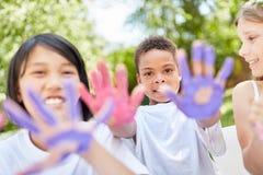 As crianças no jardim de infância estão pintando com pinturas do dedo Foto de Stock Royalty Free