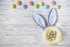 As crianças no ovo da páscoa caçam no jardim de florescência da mola Crianças que procuram por ovos coloridos no prado da flor Me Imagens de Stock