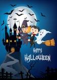 As crianças pequenas e o fantasma voam com a vassoura sobre o fundo de Dia das Bruxas Fotos de Stock