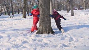As crianças pequenas jogaram na neve no inverno vídeos de arquivo