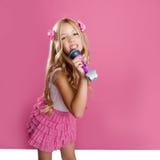 As crianças pouco cantor da estrela gostam da boneca da forma fotografia de stock