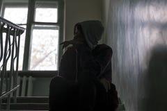 As crianças problema, criança sentam-se em escadas na construção abandonada f foto de stock royalty free