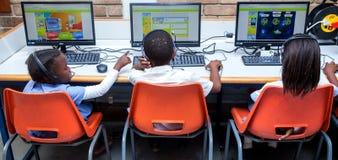 As crianças que aprendem sobre o Internet no computador classificam imagem de stock