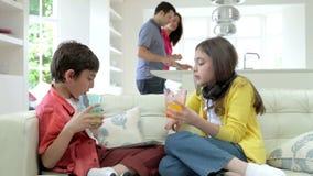As crianças que jogam com dispositivos de Digitas como pais fazem a refeição filme
