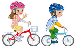 As crianças que montam a bicicleta, vestiram o capacete, isolado Imagem de Stock Royalty Free