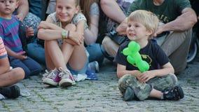 As crianças que olham Mattatoio Sospeso executam a mostra imagem de stock royalty free
