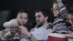 As crianças que olham na tela do smartphone filme
