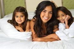 As crianças que saltam na cama Fotografia de Stock
