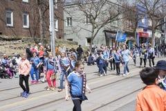As crianças que vestem as orelhas do coelho marcham ao longo da rua da rainha no Beac fotografia de stock