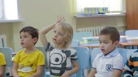 As crianças recebem o conhecimento e respondem a perguntas do professor vídeos de arquivo