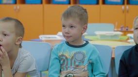 As crianças recebem o conhecimento e respondem a perguntas do professor filme