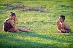 As crianças rurais comunicam-se com o telefone A alegria do communicati fotografia de stock