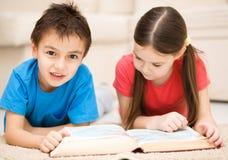 As crianças são livro de leitura Fotografia de Stock Royalty Free