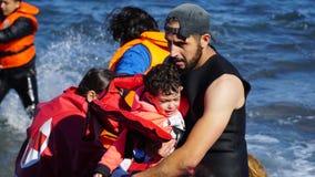 As crianças são retiradas do barco Fotografia de Stock Royalty Free