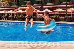 As crianças saltam na associação exterior em férias imagem de stock royalty free