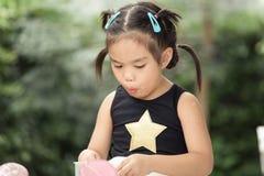 As crianças sentem felizes comendo doces foto de stock royalty free