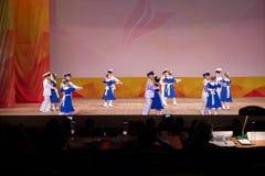 As crianças sob a forma dos marinheiros militares estão dançando a valsa no st Imagem de Stock