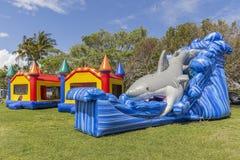 As crianças sonham de uma festa em casa do salto no parque foto de stock