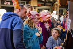 As crianças têm máscaras principais vestindo da novidade do divertimento em mercados Imagens de Stock