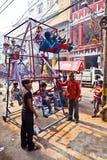 As crianças têm o divertimento em uma roda conduzida mão Fotografia de Stock Royalty Free