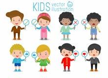 As crianças têm uma placa do sinal responder a correto ou incorreto, as crianças entregam o polegar acima com sinal verdadeiro e  Foto de Stock Royalty Free