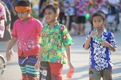 As crianças tailandesas preparam o jogo da água durante Songkran foto de stock