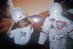 As crianças tentam sobre o spacesuit $1 milhões no acampamento do espaço, George C Marshall Space Flight Center, Huntsville, AL imagem de stock