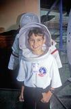 As crianças tentam sobre o spacesuit $1 milhões no acampamento do espaço, George C Marshall Space Flight Center, Huntsville, AL Fotografia de Stock