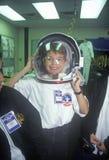 As crianças tentam sobre o spacesuit $1 milhões no acampamento do espaço, George C Marshall Space Flight Center, Huntsville, AL imagens de stock
