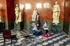 As crianças tiram esculturas antigas no salão das esculturas gregas Imagem de Stock