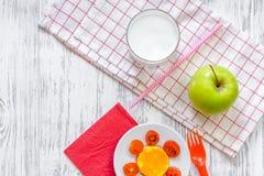 As crianças tomam o café da manhã com sanduíches, leite e frutos engraçados no copyspace de madeira claro da opinião superior do  Fotos de Stock