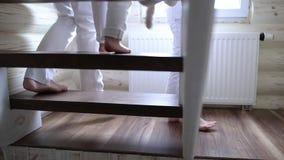 As crianças vão abaixo das escadas na casa video estoque