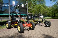 As crianças vão carros no parque da cidade Imagem de Stock Royalty Free