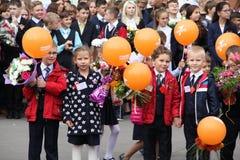 As crianças vão para trás à escola - um feriado em setembro, a primeira classe Foto de Stock