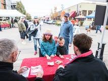 As crianças vêm à tabela do dia do alimento no mercado dos fazendeiros de Corvallis Imagem de Stock
