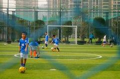 As crianças chinesas estão jogando o futebol Fotos de Stock
