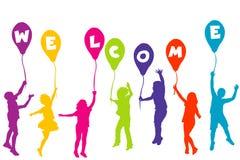 As crianças coloridas mostram em silhueta guardar balões com construção das letras Fotografia de Stock